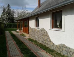 Balaton - Balatonfenyvesi nyaraló kiadó igényes környezetben térkövezett udvarban