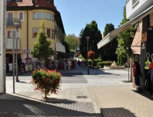 rengeteg Étterem, kávézó, bolt, butik Hévizen a sétálóutcán